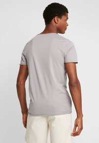 Selected Homme - SLHNEWMERCE O-NECK TEE - Basic T-shirt - frost gray - 2