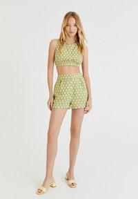 PULL&BEAR - MIT MARGERITEN - Shorts - green - 1