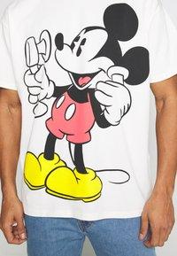 Levi's® - DISNEY MICKEY AND FRIENDS TEE - T-shirt imprimé - marshmallow - 5