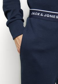 Jack & Jones - JACLOUNGE PANTS - Pyjama bottoms - navy blazer - 4