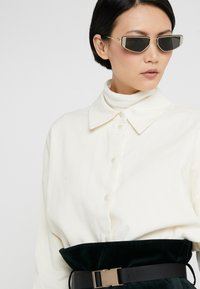 Alexander McQueen - Sunglasses - gold-coloured/grey - 3