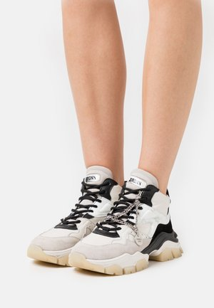 TAYKE OVER - Sneakersy niskie - off white/black