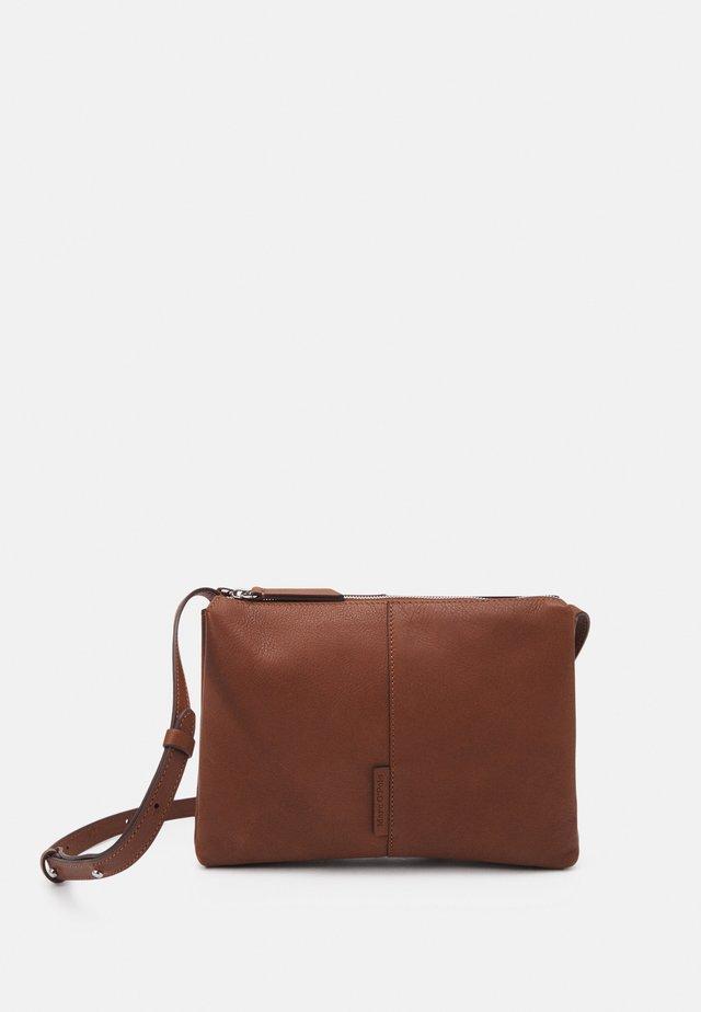 GIADA - Schoudertas - maroon brown