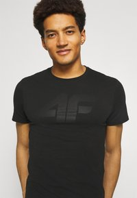 4F - HERREN FLEMMING - Print T-shirt - black