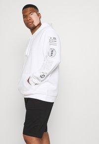 Johnny Bigg - GRAPHIC PRINT HOODIE - Sweatshirt - white - 5