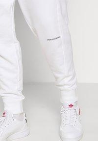 Calvin Klein Jeans - MICRO BRANDING PANT - Teplákové kalhoty - white - 4