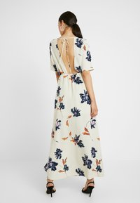 Vero Moda Tall - VMKIMMIE ANCLE DRESS - Maxi šaty - birch/kimmie - 3