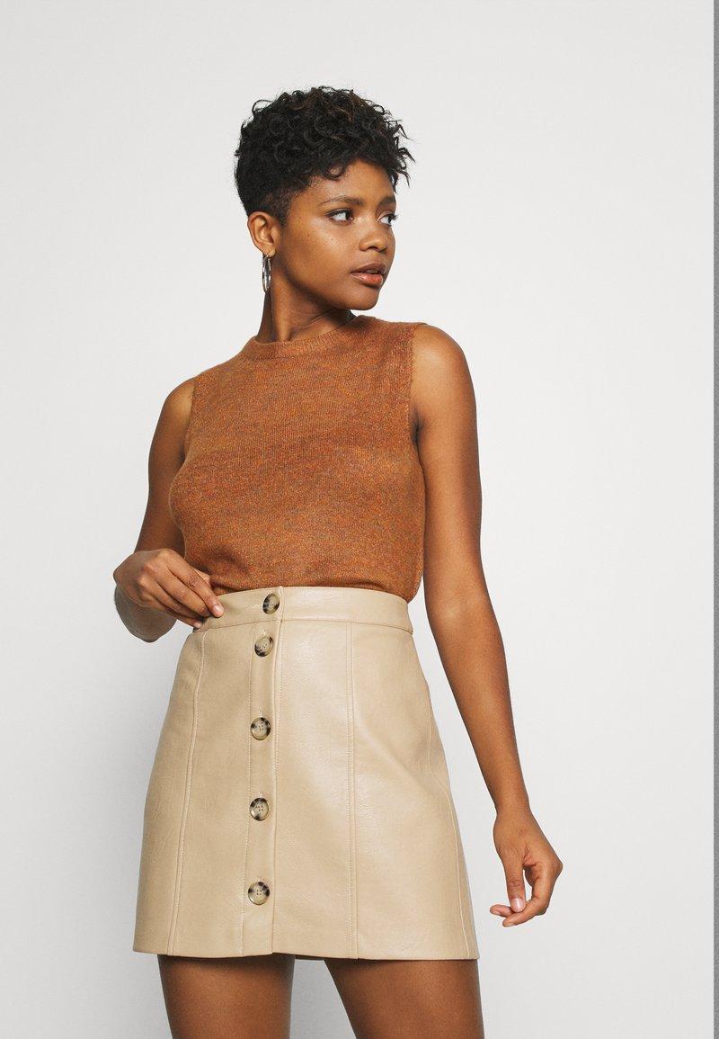 JDY - JDYELANOR VEST - Toppi - leather brown