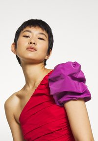 Who What Wear - THE ONE SLEEVE PARTY - Blusa - crimison/violet - 4