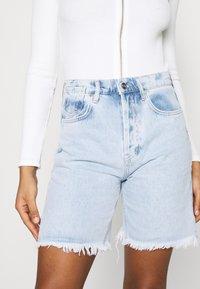 KENDALL + KYLIE - BERMUDA - Shorts di jeans - light wash - 4