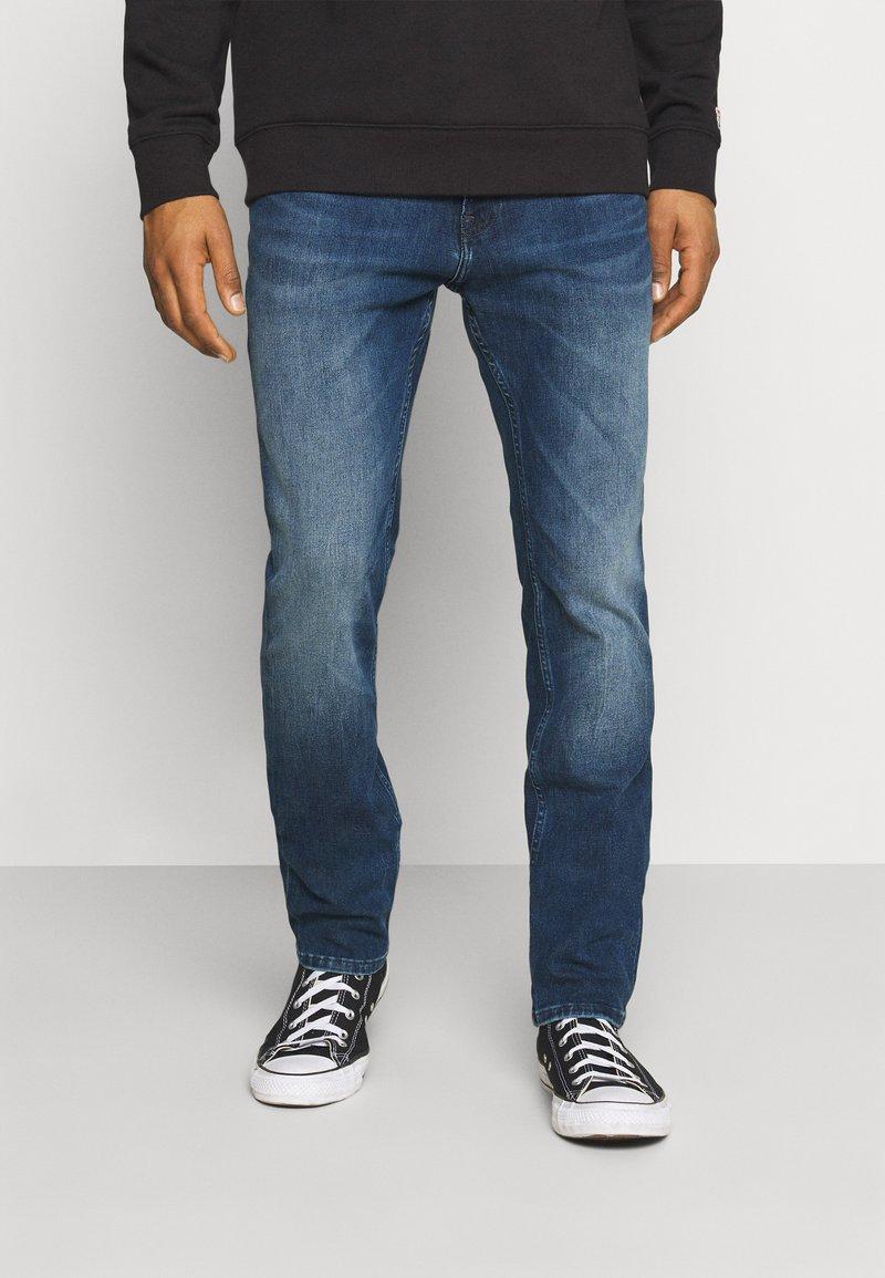 Tommy Jeans - SCANTON SLIM - Džíny Slim Fit - mid blue