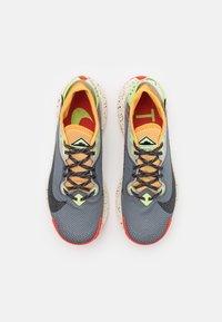 Nike Performance - PEGASUS TRAIL 2 GTX - Vaelluskengät - smoke grey/black/bucktan/college grey/key lime/chile red - 3