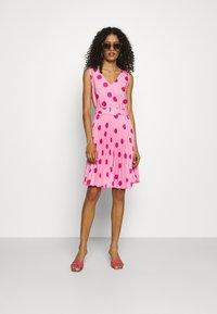 Closet - CLOSET V-NECK PLEATED DRESS - Day dress - pink - 1
