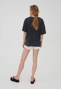 PULL&BEAR - T-shirt con stampa - black - 2