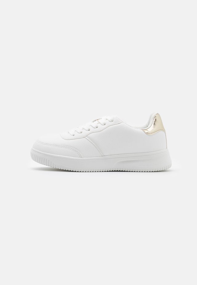 WIDE FIT ALICE - Sneakers basse - gold/white