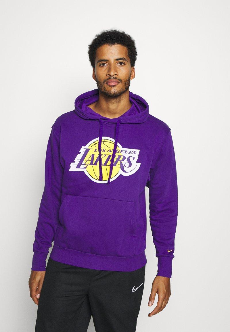 Nike Performance - NBA LOS ANGELES LAKERS ESSENTIAL HOODIE - Klubové oblečení - field purple/amarillo