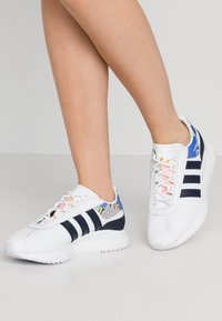 adidas Originals - ANDRIDGE - Trainers - footwear white/legend ink/glow pink - 0