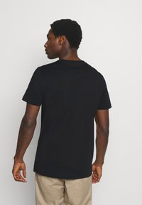Selected Homme - SLHREGTOMMY O NECK TEE - T-shirt med print - black - 2
