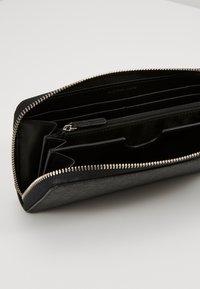 Michael Kors - GREYSON TECH ZIP AROUND - Peněženka - black - 4