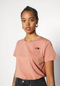 The North Face - LETTER BACK TEE - Triko spotiskem - pink clay/evergreen - 5