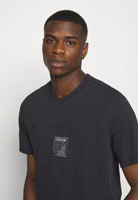 adidas Originals - ICON TEE - Print T-shirt - black - 4