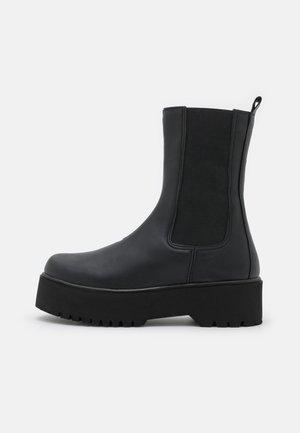 CLEAN BOOT PLAIN SOLE - Stivali con plateau - black