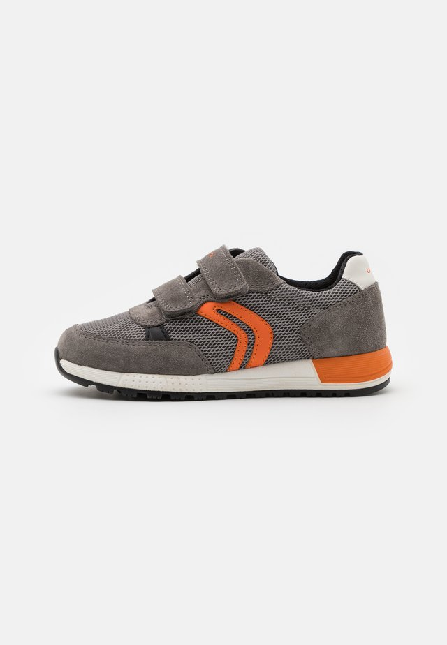 ALBEN BOY - Baskets basses - grey/orange