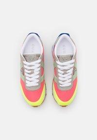 Guess - SAMSIN - Sneakersy niskie - pink/grey - 5