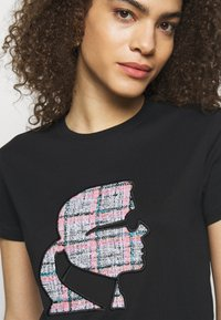 KARL LAGERFELD - BOUCLE PROFILE  - Print T-shirt - black - 4