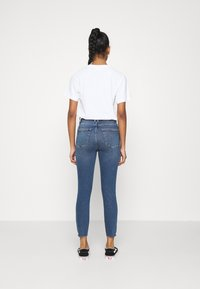 Good American - WAIST CROP RAW EDGE - Jeans Skinny Fit - blue - 2
