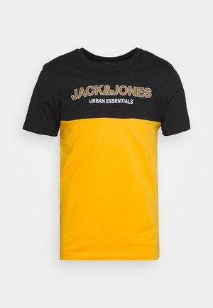 JJEURBAN BLOCKING TEE O NECK - Print T-shirt - golden orange