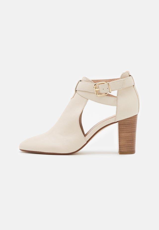 AULHORA - Kotníková obuv - ivoire