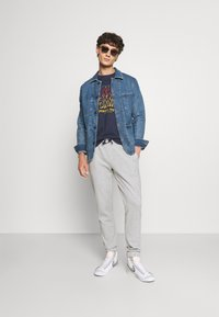 Tommy Jeans - SCANTON PANT - Pantaloni sportivi - grey - 1