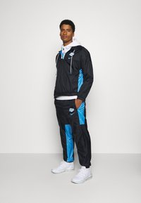 Nike Performance - NBA LOS ANGELES LAKERS CITY EDITION TRACKSUIT SET - Equipación de clubes - black/coast/pure platinum - 1
