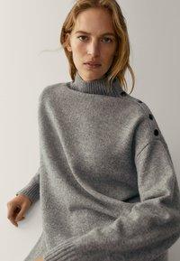 Massimo Dutti - MIT KNÖPFEN AN DEN SCHULTERN - Jumper dress - grey - 5
