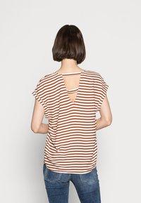 TOM TAILOR DENIM - V NECK  - Print T-shirt - white brown stripe - 2