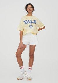 PULL&BEAR - HARDVARD UNIVERSITY - T-shirt con stampa - yellow - 1