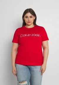 Calvin Klein Curve - INCLUSIVE CORE LOGO - T-shirt print - racing red - 0