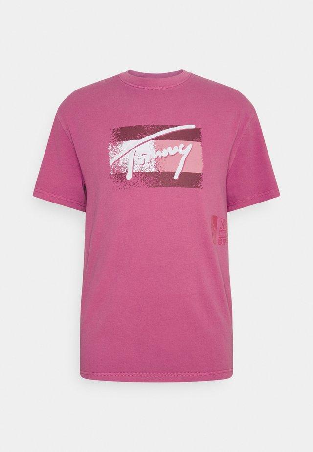 FADED FLAG SCRIPT TEE UNISEX - Triko spotiskem - bright cerise pink
