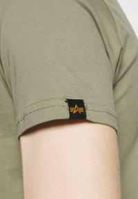 Alpha Industries - ALPHA LABEL 2 PACK - Print T-shirt - olive/burgundy - 7