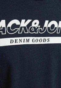 Jack & Jones - T-shirt med print - navy blazer - 6