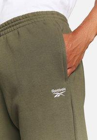 Reebok - IDENTITY - Pantalones deportivos - army green - 4