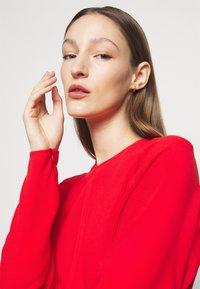Victoria Beckham - DOLMAN MIDI DRESS - Denní šaty - tomato red - 3