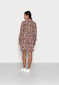Pieces Petite - PCFRIDINEN DRESS - Shirt dress - mocha bisque - 2