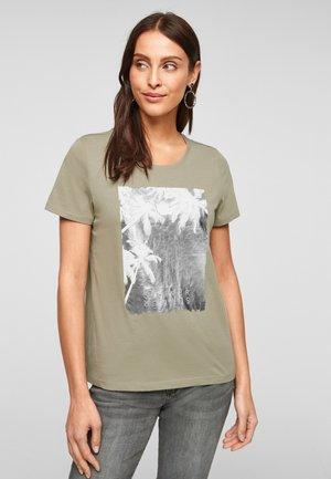 MIT SOMMERLICHEM DRUCK - Print T-shirt - summer khaki placed print