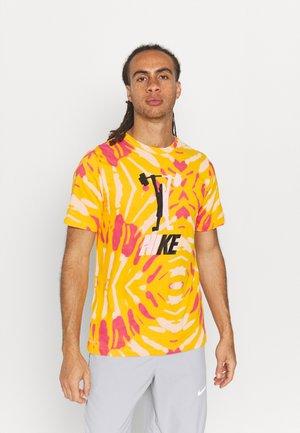 DRY TEE FESTIVAL - T-shirt med print - university gold
