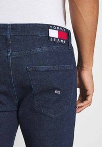 Tommy Jeans - DAD JEAN STRAIGHT - Jeans straight leg - oslo dark blue com - 5