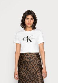 Calvin Klein Jeans - CORE MONOGRAM LOGO - T-shirt con stampa - bright white - 0