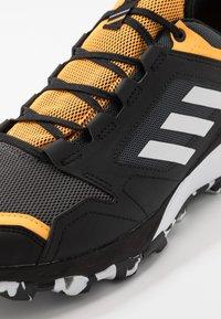 adidas Performance - TERREX AGRAVIC GORE-TEX TRAIL RUNNING SHOES - Zapatillas de trail running - grey six/footwear white/solar gold - 5