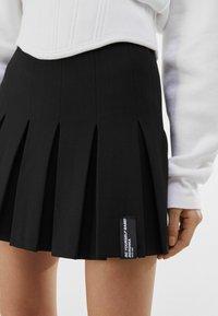 Bershka - MIT KELLERFALTEN - Pleated skirt - black - 3